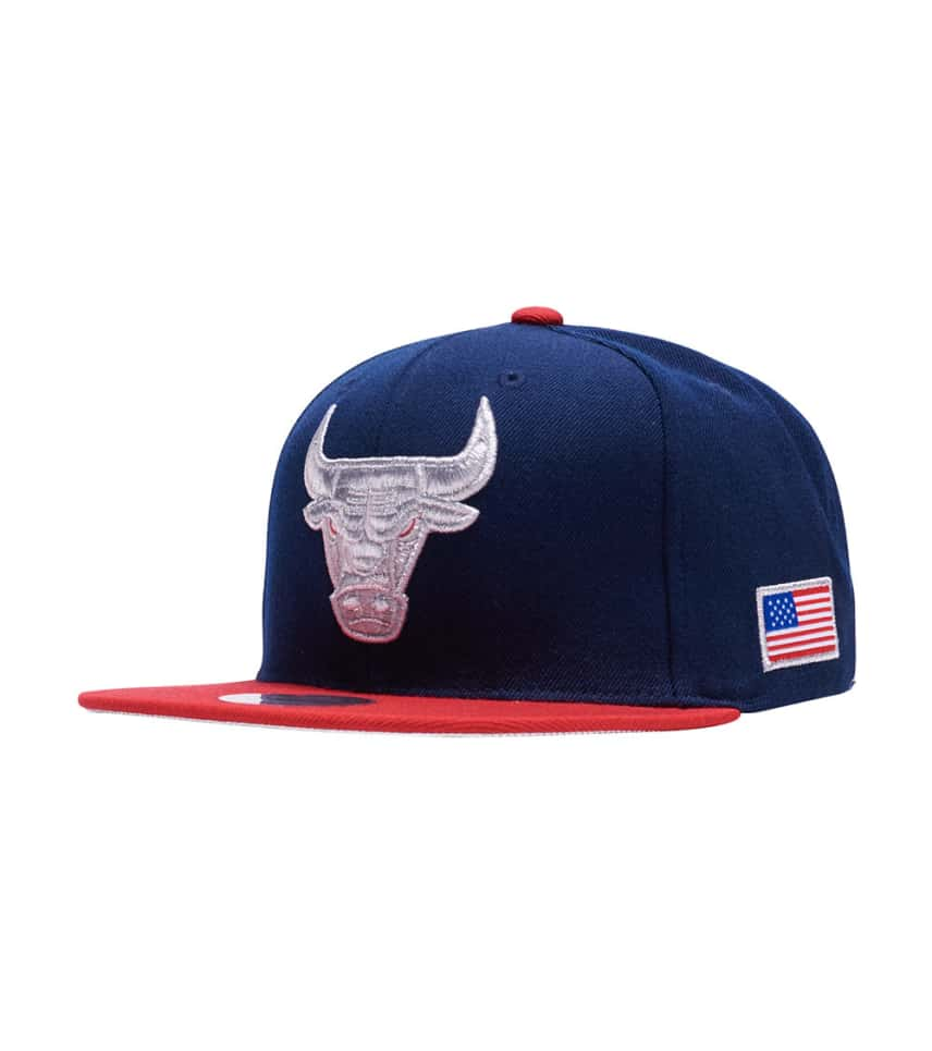 a763c3bf043 ... Mitchell and Ness - Caps Snapback - Chicago Bulls Metallic Snapback ...